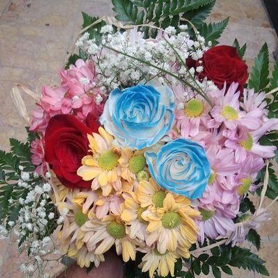 Sin duda para envios de Floresadomicilio www.graficflower.com son la Floristería donde hacer el mejor Regalo , aqui os mostramos un encargo de un Ramodeflores  de colores variados, con Rosasazules , Rosasrojas , Margaritas de varios colores y adornos vegetales.