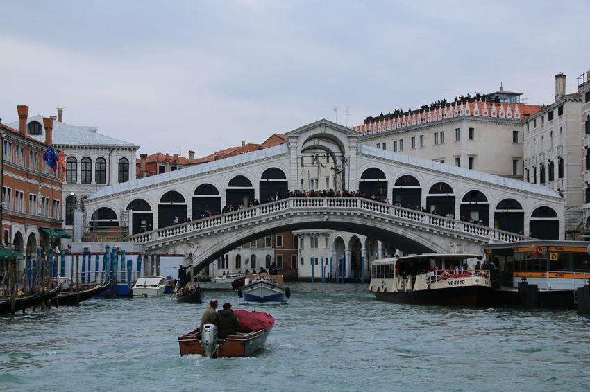 #Loveinvenice Water Venezia Rialto Bridge Canalgrande Sunny☀ Love ♥ Feeling Good Building Footbridge Architecture Building Exterior Outdoors Italy❤️ IloveVenice #YBPhotographie Day Gondola - Traditional Boat