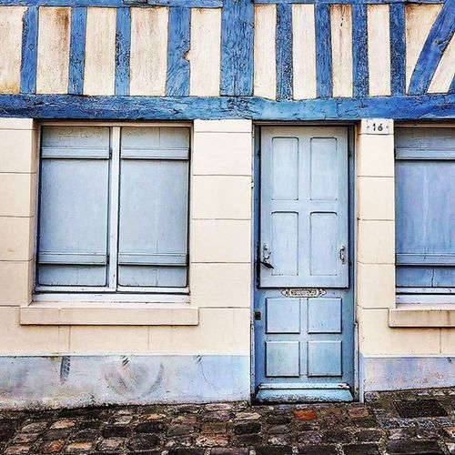 Blue house 🏢 Nikonfr Unmomentsidoux Igersfrance IgersNormandie Normandie Normandy Harbor Port Honfleur Holiday Travel Zen Fire Lovely Colors Blue Picsoftheday Coeurpostal Belambrawards Dxo Architecture Archilovers Art City Streetart archidaily archi wall jaimelafrance