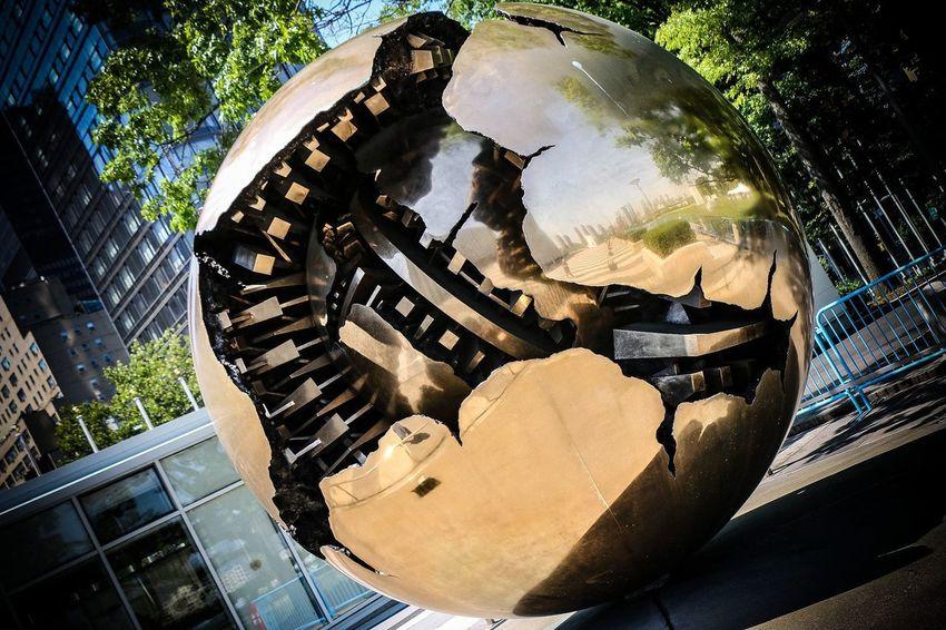 Esfera dentro de una esfera #NewYorkCity #Manhattan #art #photography #Gifttotheworld #fromitaly #UnitedNations #newyorkcity #SferaConSfera #ArnaldoPomodoro Close-up
