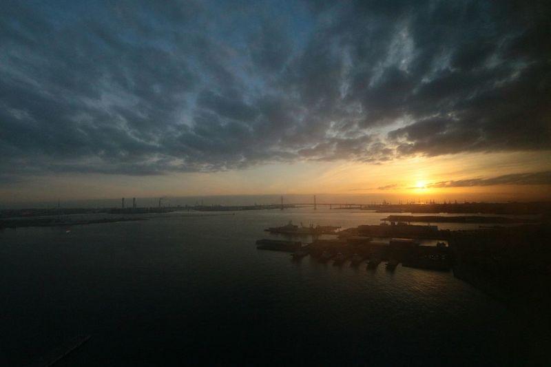 横浜ベイブリッジ Sunrise 窓がちょいくもってて、ソフトフィルター効果を発揮しました。 Canon EOS M Pantone Colors By GIZMON +EF-S10-22mm