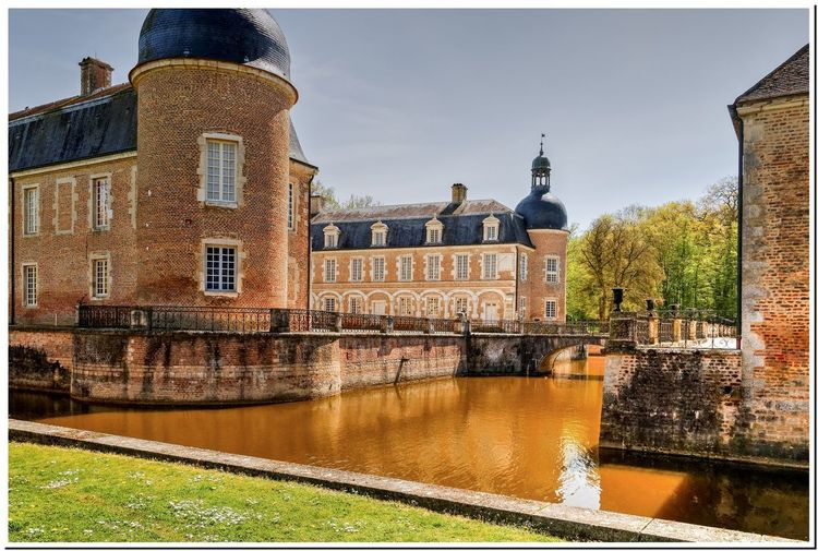 Les douves Bourgogne Castle Architecture Building Exterior Built Structure Burgundy Château City Day History Nature No People Outdoors Panoramic River Sky Tree Water