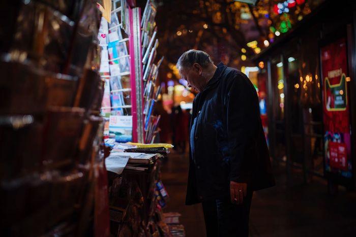 书摊前的老人