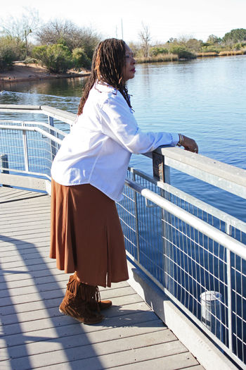 Casual Clothing Escapism Front View Full Length Getting Away From It All Lake, Arizon Leisure Activity Lifestyles Men Narrow Railing Real People Rear View Side View Standing Three Quarter Length Togetherness Woman, Afro American, Afro American Wo Women Young Adult