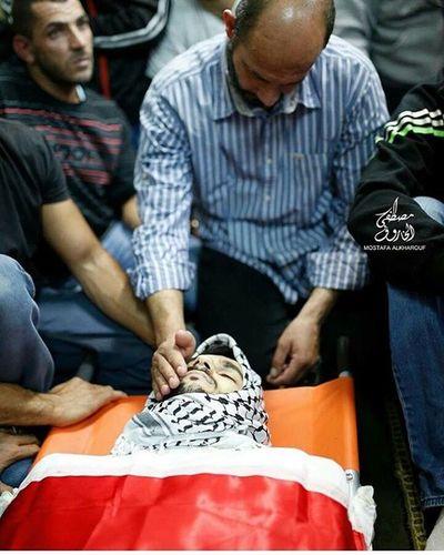 لحظات توديع الاب لابنه .. كم هي مؤلمه ... الله يرحم جميع شهداء فلسطين .. الشهيد_فادي_علون فادي_العلون