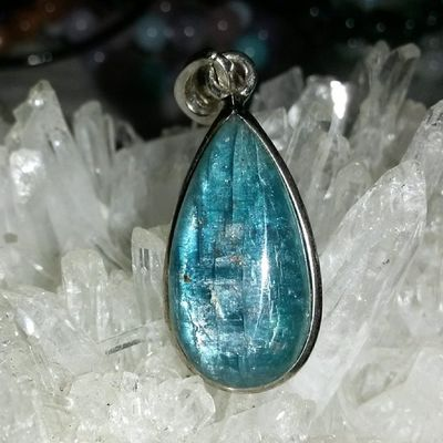 藍晶吊墜925純銀包邊 優惠價:200 藍晶常被誤會為「藍水晶」,事實不然,藍晶石不是石英家族成員,是獨立的種寶石。 它能夠將熱情降溫,平衡混亂情緒,將衝動降低,並驅散怒火、敵意,以及受挫的組喪,維持思想上的清澈。可把雜亂的思緒歸於一致,有助於勞心工作的上班族,及初學靜坐、瞑想者,將心調伏。有助於串聯肉體、精神體及深層意識,維持身心靈方面的平衡與穩定。藍中略帶灰的顏色對應喉部,有助于增強個人溝通能力,有助于喉部疾病的舒緩。能帶給人一種調和性和親和力,讓別人接納你的意見,增強說服力。有助于解開各種構成阻礙的負性能量,如防小人、防是非等。 優惠貨品嘅條款包括: 一:需於落單起七日內交收!不得留貨!(所以5/5會停止出優惠!最遲至11/5交收!) 二:優惠貨品價錢絕不議價!即使選購多於一件優惠貨品亦不會再減! 三:交收時間同地點大家互就!主要於元朗或旺角交收! 優惠 特價 藍晶 礦石 水晶 天然水晶 hk hkig hkiggirl hkgirl onlineshop hkonlineshop girls igbuy igbuyer hkonlineshopping hkigshop 852 852shop 手飾 飾物 現貨 hkseller 戀愛 愛情 星座 手鏈 吊咀