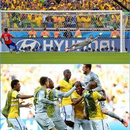 Мяч летит в штангу и... Бразилия празднует победу над Чили . Brazil2014 Chile worldcup brazil чм2014