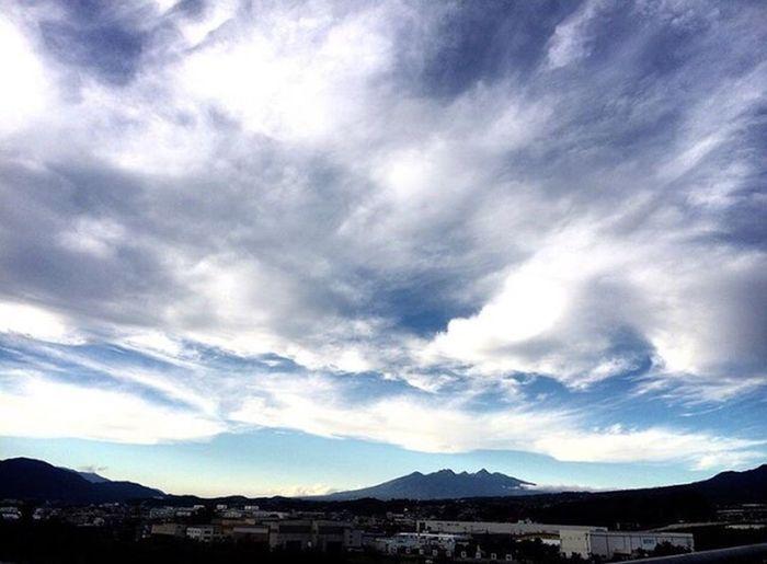 20171006 いつかの空✨ちょうど一年前かな…。。八ヶ岳が綺麗に見えてる。今夜は土砂降り。寒くて暖房を今季初めて使用中~✨ 過去pic いつかの空 空 雲 夕空 八ヶ岳 外は土砂降り