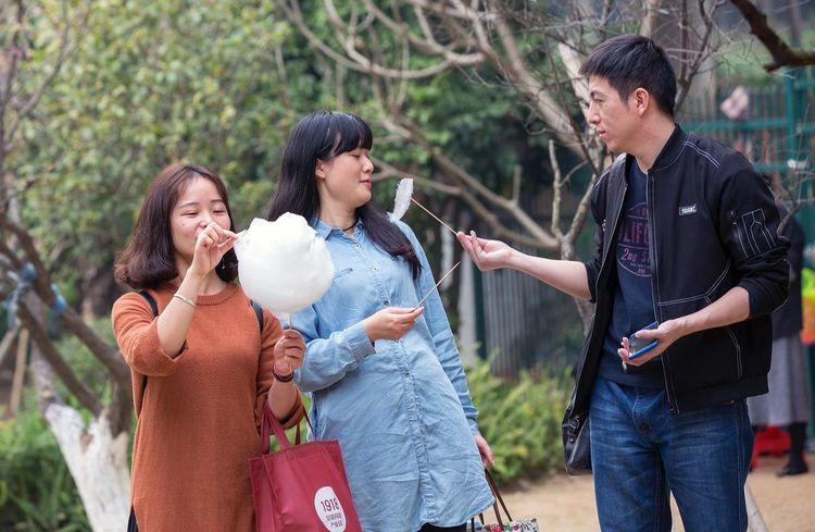 好心情(1) EyeEm Selects Mother People Adult Outdoors Casual Clothing Women Day Young Women Wireless Technology Child Frozen Food Tree Nature Cheerful Young Adult Friendship