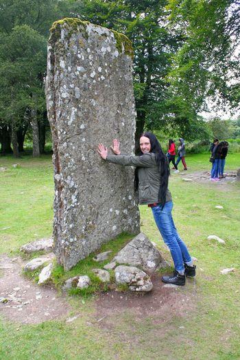 Clava Cairn Jaime Und Claire Stone Scotland Highlands Steinkreis Craigh Na Dun Zeitreise Feuer Und Stein Fraser Gabaldon Outlander Young Women Standing Women Grass