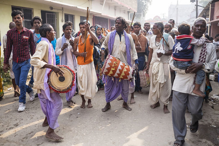 A crowd gather as musicians using drums arrive for the Sonepur Mela festival, Bihar Band Bihar Celebration Cultures Dance Day Drummer Life Drumming Festival Full Length Hajipur India Music Musical Instrument Musician Noise Outdoors Sonepur Sonepurmela Travel Travel Photography