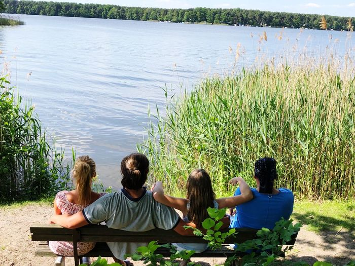 Familienausflug Lake Child Sitting Water Togetherness Plant Women Leisure Activity Nature Group Of People Men Positive Emotion Real People