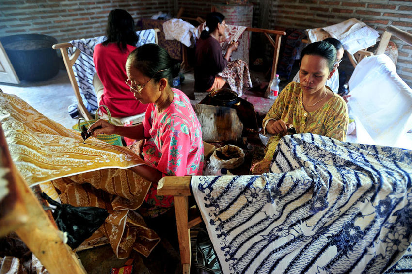 batik lasem Casual Clothing Lifestyles Clothing Females Three Quarter Length Traditional Clothing Group Of People Real People Women Men High Angle View Adult Indoors  Sitting People Day Hairstyle