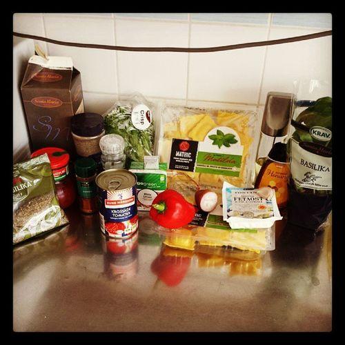 Nu blir det ravioli och tomatsås med röda linser och basilikamarinerad feta... @arpyolsson Stenungsund Linasmatkasse