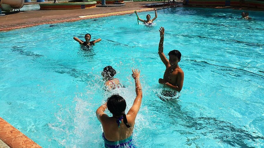 Happy time with friends! Relaxing Swimming Friends