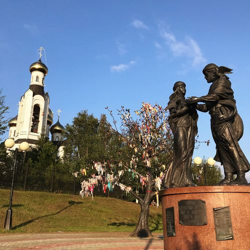 памятник желания ленты дерево Церковь Нефтеюганск