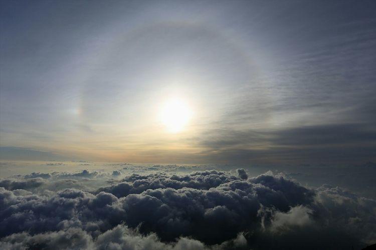 Halo phenomenon 広がる雲海の上に神々しいハロ(日暈)出現( ̄人 ̄) 富士山標高3000m付近にて。 Nature Mountains Landscape Mt.Fuji EyeEm Best Shots Sunrise Clouds Hello World Japan EyeEm Nature Lover