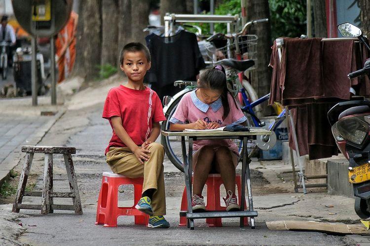 The Color Of School Beijing, China Kidsphotography Kid Photography Beijing BEIJING北京CHINA中国BEAUTY China In My Eyes Beijing In My Eyes Enfants Pekin Chinese School Street Photography Streetphoto_color Street Portrait Street Life Street Photo