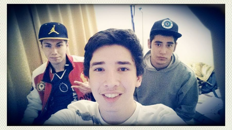 Con los amigos.... té, pan, notebooks, LOL y..... entretencion ●__~