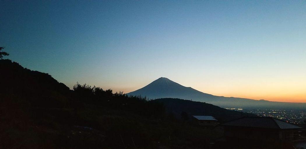 早起きの苦手な私が、スッキリ起きて「あっ、富士山!」と、外に目をやると、こんな綺麗な夜明け前の富士山が、我が家の前に広がっていました。皆さんにも見せたくて・・・、 富士山 富士市 おはよう Good Morning Sunrise 早起き 夜明け前 Mt.Fuji Mountain Clear Sky Sky