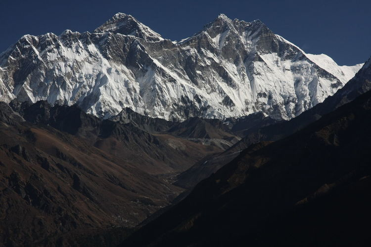 Scenic view of snowcapped mountains against sky mit. everest, himalaya, nepal