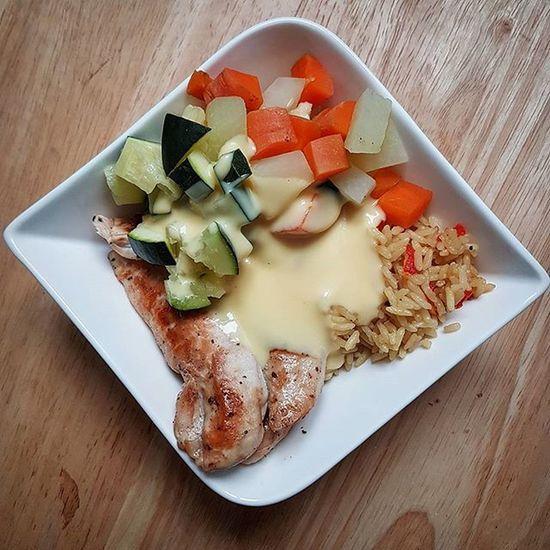 """Noch vor einem Jahr hätte ich niemals Zucchini gekauft oder gegessen und nun finde ich das Gemüse total lecker. So schnell können sich Meinungen ändern. ^^ Habt Ihr auch so ein Gemüse, welches ihr """"früher"""" nie gegessen habt? . Gesundleben Zucchini Möhre Kohlrabi Saucehollandaise Huhn Hühnchen Protein Reis Gemüse Lecker Foodpic Foodlover Gesundeernährung Gesundessen Gesund Gesundleben2016 Leben Abnehmen2016 Abnehmem Abnehmendurchkalorienzählen Kalorienarm Kalorienzählen Kcal Fddbextender fddb selfmade"""