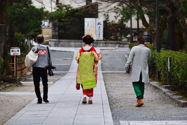 Up Close Street Photography Geisha Kyoto, Japan People Watching People Photography Travel Photography Travel To Japan Women Around The World
