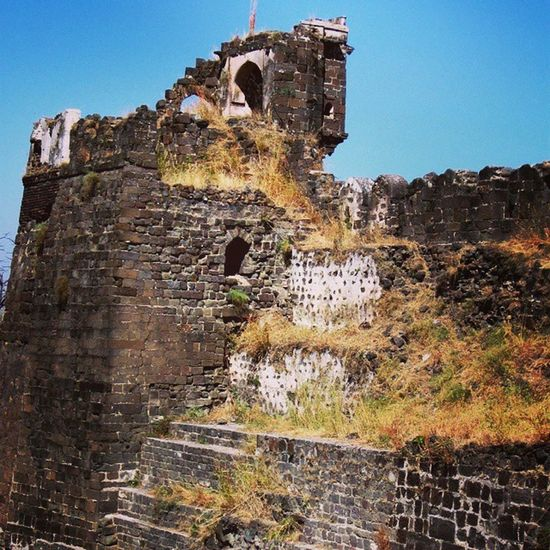 One of the many now ruined lookout posts of the Daulatabad fort near Aurangabad in Maharashtra. Indianhistory Incredibleindiaofficial Indianarchitecture Indianforts incredibleindia india wanderlust travelbug travel maharashtra forts
