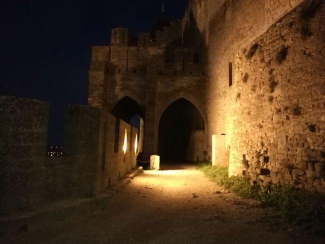Entrando a la Cuidad Medieval de Carcassone de Noche