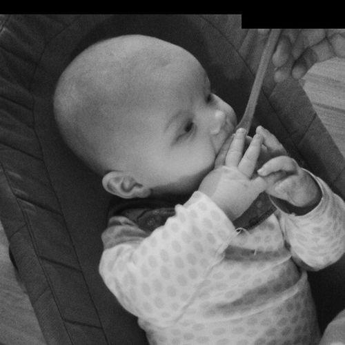 Freya sin første grøtskje. Baby Babygrøt Pappasjente Grøt kids happiness stoltpappa tidenflyr child eating kid
