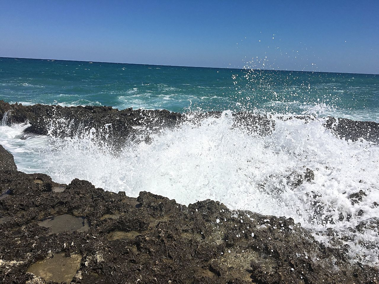 sea, wave, water, horizon over water, beauty in nature, motion, nature, blue, scenics, no people, clear sky, day, power in nature, outdoors, beach, crash, sky, force