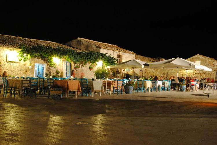 Marzamemi Sicilia Sicily Piazza Notte Panorama Tavolo Sedia Ombrelloni