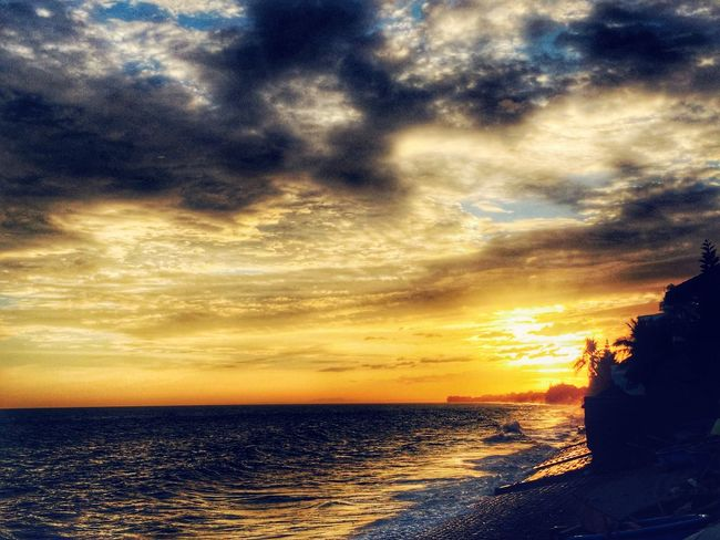 Wrap this day up with a sunset from a warm evening one year ago, while I'm looking at the snow falling outside my window. Goodnight friends. ✌🏻️ be kind to one and other. Taking Photos Sunset_collection Sunset Eye4photography  Traveling Vietnam Enjoying Life Good Days  Seeing The World Differently Edge Of The World Hello World