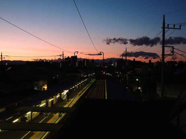 住宅街の中にある小さな小さな会社に勤めていて、給料は安いし、怪我を抱える身にとっては中々の重労働だし、いつでも辞めてやりたいと思っているけれど、静かに暮れ行くこの時間帯だけは大好き。 Olympus OM-D E-M5 Mk.II Tokyo Street Photography Twilight Railway Station Platform Railway Station Cable Sunset Transportation Connection Electricity  Power Line  No People Rail Transportation Power Supply Railroad Track Built Structure The Way Forward