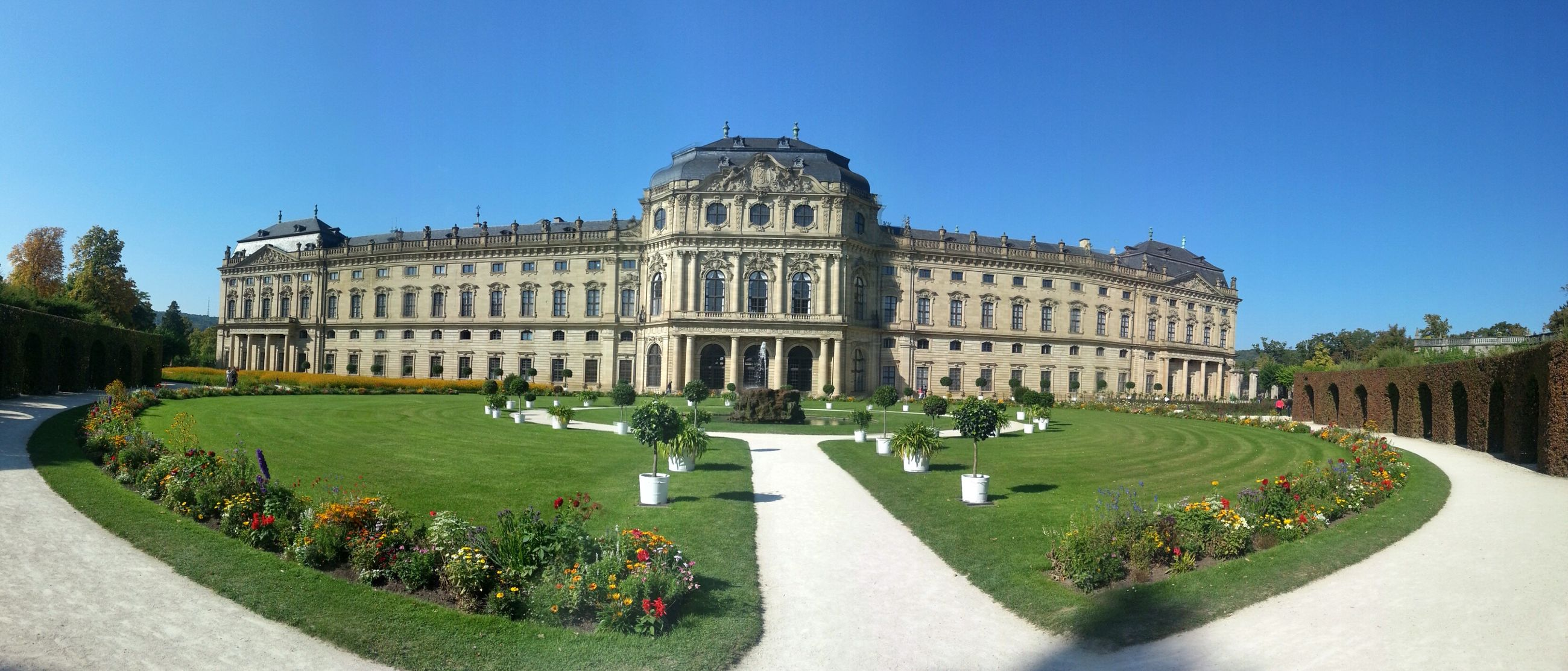 architecture, building exterior, built structure, grass, clear sky, lawn, famous place, tree, travel destinations, history, tourism, fountain, blue, facade, travel, incidental people, dome, formal garden, international landmark, city