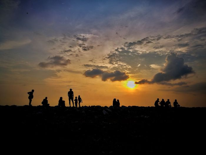 Silhouette of moments Sunset Family Outdoors Outdoor Activity Friendship Friends Father Children Horizon Red Sky Shadow Shadows & Lights Sun Seascape Beach Precious Nature Photography Burning Sky Twilight Dusk Pantai City Sunset Desert Silhouette Tree Sky Landscape Cloud - Sky The Great Outdoors - 2018 EyeEm Awards