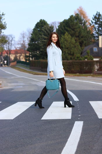 Woman Roadcross Moving Walking Business Fashionable Handbag Beautiful Woman One Person Full Length Looking At Camera Road Front View Real People Day Young Women Casual Clothing Tree Lifestyles City Outdoors Nature Hair Women Walking Moving Brunette Handbag  Outfit Roadcrossing Fashion Model Business