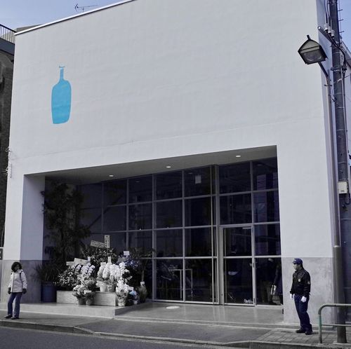 I went recently because a Blue Bottle Coffee of the reputation opened in Tokyo. 今日もBlue Bottle Coffeeは混んでます。2時間待ちだそうで。 Coffee Cafe Blue Bottle Coffee Walking Around Streetphotography