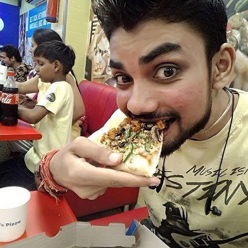 Dominospizza Pizzalover Selfiewithpizza Nightout eating hungry freepizza 😂😍