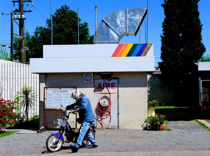 Gas station in 25 de Mayo, Buenos Aires Architecture Argentina 👑🎉🎊👌😚😍 Buenos Aires Daft Punk Little Bike Motorcycle Retro Sign Air Air Signal Aire Airplane Architecture Argentina Photography Building Exterior Built Structure Cyclemotor Day Gas Station Gasoline Station Gasolinestation Motor Scooter One Person Outdoors Real People Retro Styled