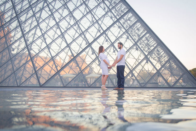 Louvre Pareja Adult Casual Clothing Connection Day Dulce Espera Full Length In Love Looking At Camera Men Mid Adult Nature Outdoors People Piramide De Louvre Portrait Reflection Side View Sport Standing Togetherness Two People Water Young Adult
