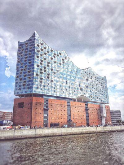 Es liegt im Auge des Betrachters ob die Elbphilharmonie Kunst ist, ich kann nur sagen das es für mich die zweit grösste Kunst in unseren Weltgeschichte ist. Architecture Operahouse Hamburg
