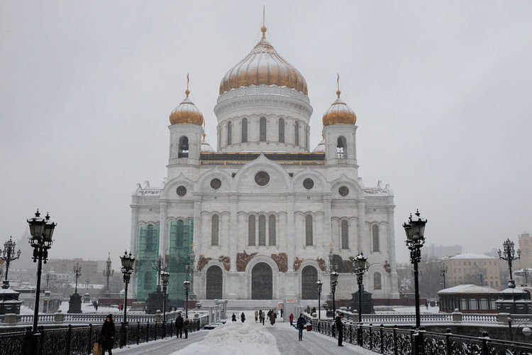 Cathedral of christ the saviour in snow in moscow