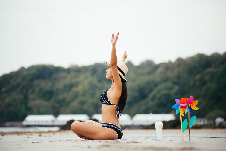 One Person Exercising Leisure Activity Focus On Foreground Lifestyles Full Length Plant Nature Healthy Lifestyle Day Real People Relaxation Exercise Clothing Young Adult Yoga Adult Women Young Women Relaxation Human Arm Outdoors Arms Raised