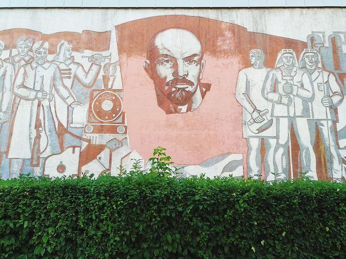 Lenin hinter Hecke Krasnoyarsk Siberia Post Socialism Lenin Socialism Communism Siberia Russian Art Graffiti Architecture Mural Street Art Human Representation Fresco Art Male Likeness Idol