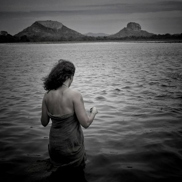 https://youtu.be/dr70XJYZYSI Bnw_collection Bnw Bnw_captures Bnw Photography Black & White Blanco Y Negro EyeEmNewHere Back Human Back Water Human Hand Lake Mountain Rear View Beauty