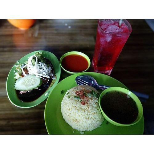 "Captured By Canon EOS 700D With 50mm Designing Back By Abang Boyoi ""Mai Lekaih Sapa Yang Duk Utara Tu..Mai Kaih..Rasa Apa Ni..Nasi Ayam Special Made In Kampung Pulau Pinang..Sekali Rasa Nak Lagi..Habaq Kat Mak Ayah Sapa Yang Duduk2 Dekat Dengan Penang..Mai Datang Bukit Mertajam Kaih..."" AbangBoyoi Photographer Foodphotography Canon eos700d 50mm niftyfifty nasiayam chickenrice penang bukitmertajam hangutaraka cakappenangsikit"