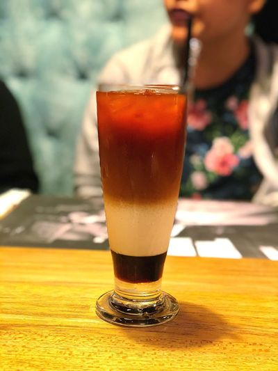 The thai iced tea also known as three layer tea Ladyontheback Restaurant Thaithai Potraitmode Minuman Minum Thaiicedtea Icedtea Tea Food And Drink Glass Drink Refreshment Alcohol Table Drinking Glass First Eyeem Photo