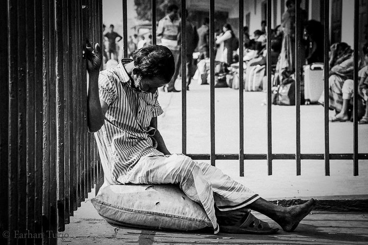 Life can be a easy nd simple word but to live your life in this world isn't'that easy for all of us. So when those people got a moment of break; they dont hesitate to have a power nap so that they can proceed the rest of the busy day with some energy left!! The Week On EyeEm One Person Sitting Full Length Outdoors People Adult Hardworking One Old Man Resting Footpath Under Shadow Day City One Man Only Day To Day Life Power Nap Bangladesh 🇧🇩 EyeEmNewHere Week On Eyeem Investing In Quality Of Life