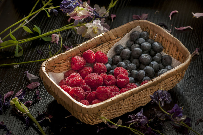 Heidelbeere Abundance Basket Berry Fruit Blueberry Container Flower Flowering Plant Food Food And Drink Freshness Fruit Healthy Eating High Angle View Large Group Of Objects Leaf Nature No People Raspberry Ripe Table Temptation Wellbeing Wicker